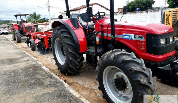 Imagens da Ibiquera é Contemplada pela CODEVASF com um Trator Agrícola Zero Hora, Através de Emenda Parlamentar do Deputado Federal Adolfo Viana