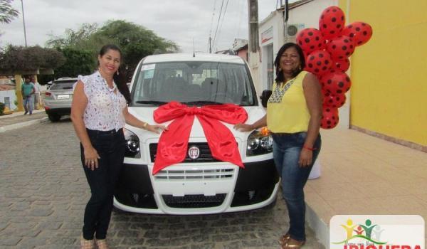 Imagens da O prefeito Ivan Ivan Almeida entregou dois carros 0Km adquiridos com recursos próprios ao Município